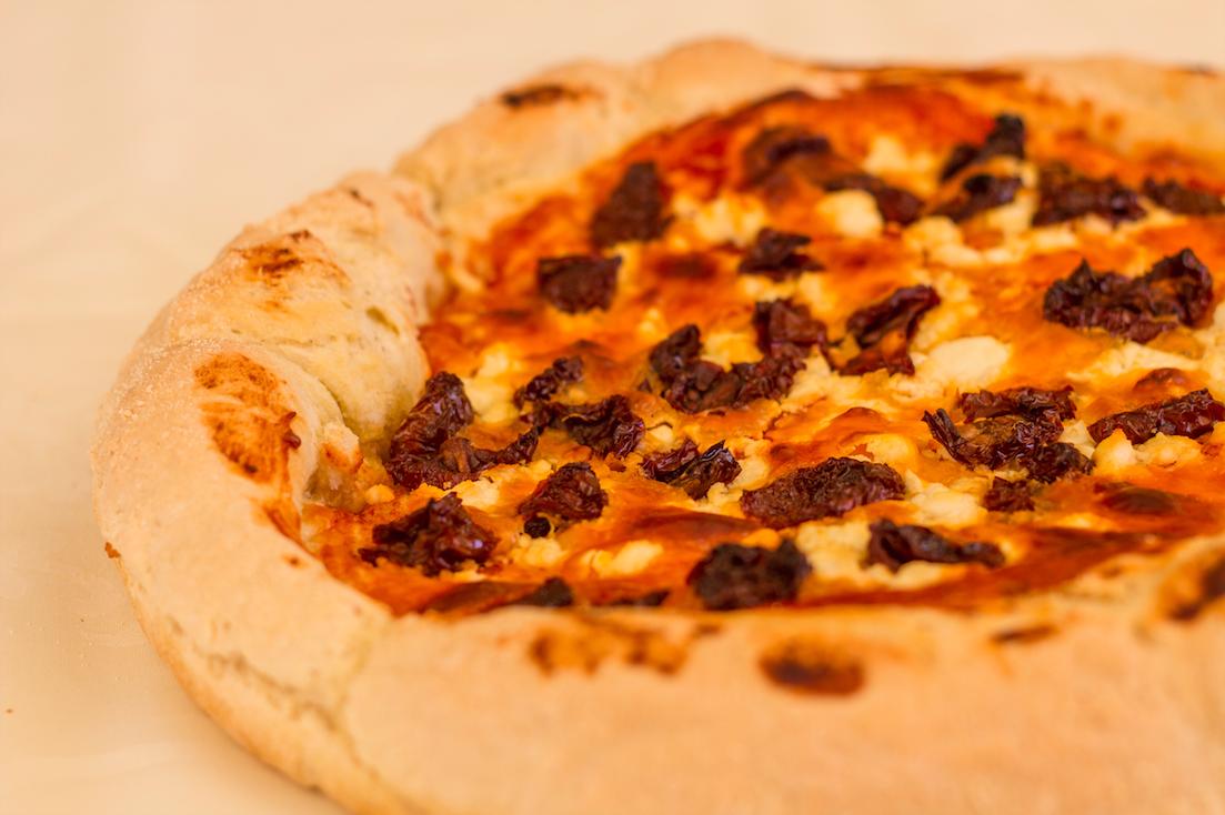 Αφράτη πίτσα με λιαστές ντομάτες και κατσικίσιο τυρί
