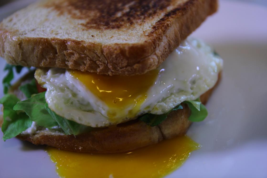Εύκολο σάντουιτς με τηγανητό αυγό