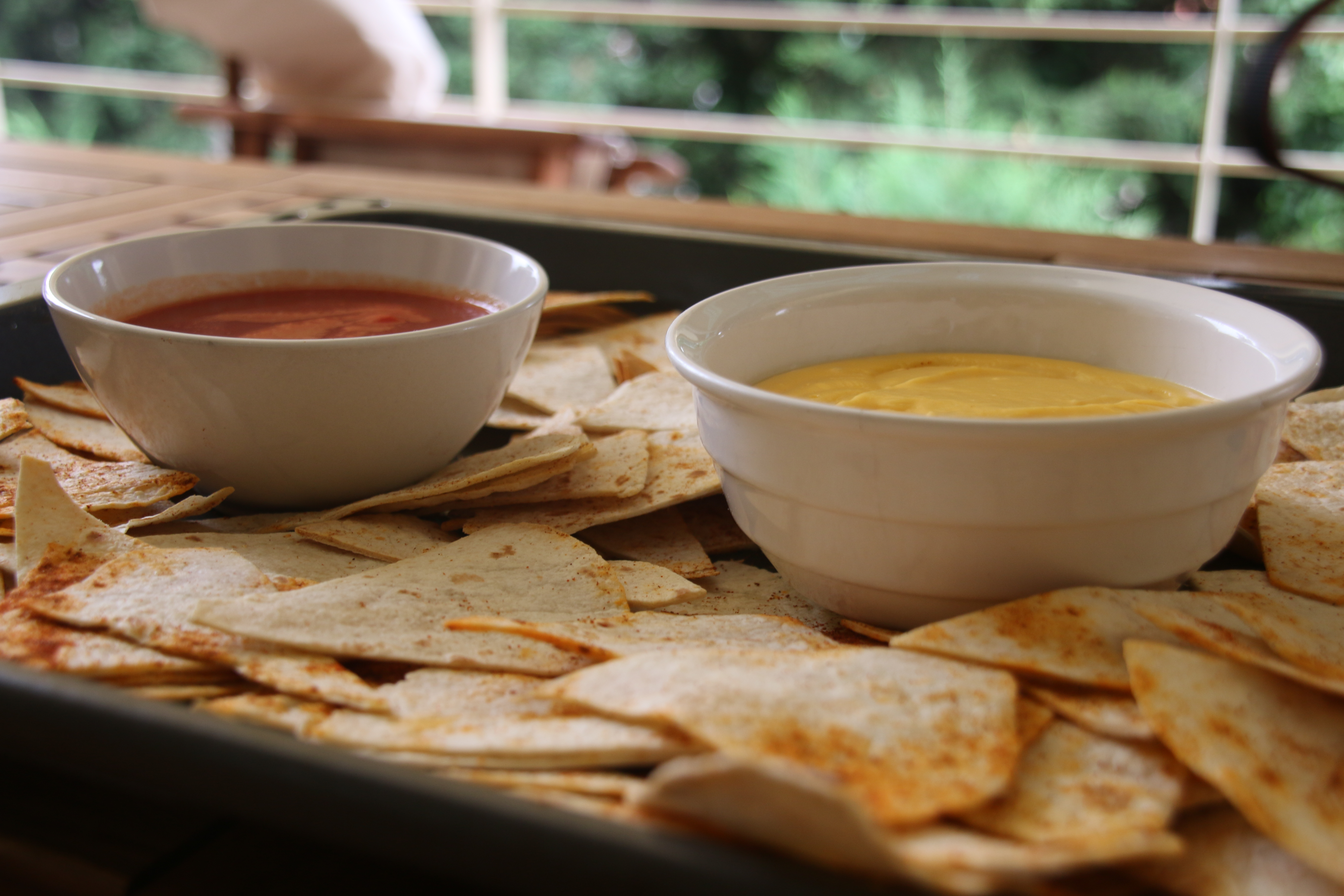 Νάτσος με τσένταρ σως και σάλτσα ντομάτας