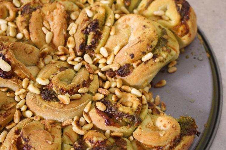 Ψωμί με πέστο, παρμεζάνα και κουκουνάρι